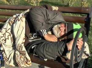«Справляют нужду прямо перед людьми» - анапская пенсионерка жалуется на бомжей, собирающихся возле многоэтажки