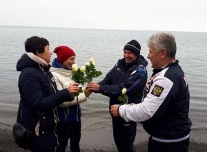 Анапские моржи дарили белые розы прохожим