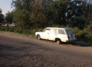 В Анапе в районе Дома Клюева брошенный автомобиль представляет опасность