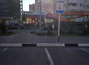 Автокран в Анапе снес дорожный знак и чуть не зацепил пешеходов