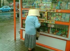 Южане всегда готовы к дождю: пенсионерка в Анапе укрылась от ливня тазиком