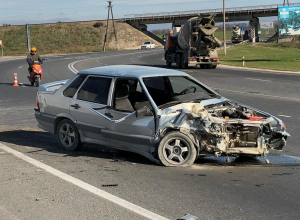 Жёсткое ДТП под Анапой: на трассе иномарка лоб в лоб врезалась в «ВАЗ-2115»