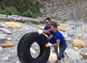 На пляжах Анапы мусор убирают не местные службы, а добровольцы