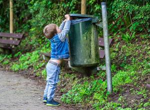 Молодая мама наказала маленького сына за его стремление к чистоте и порядку