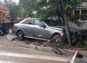 «Мерседес», врезавшийся в столб, стал причиной многокилометровой пробки в Анапе