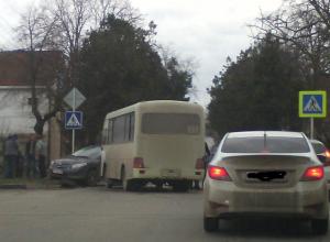 В Анапе пассажирский автобус попал в ДТП с «Тойотой»