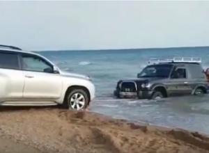 Видео: в Витязево под Анапой в море застрял джип