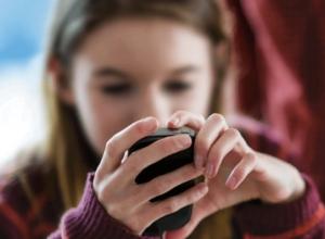 В Анапе ученикам при входе в школу придется сдавать телефоны