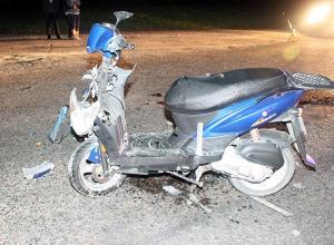 В Анапе два подростка на скутере врезались в легковушку