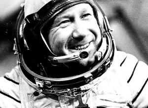 В  1980 году летчик-космонавт Алексей Леонов  оставил запись в книге почетных гостей Анапы