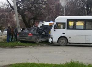 В Анапе на перекрёстке автобус жестоко помял «Ниссан»