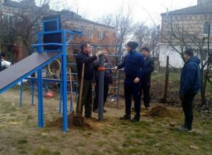 Сами установили — сами позанимались: в посёлке под Анапой монтируют спортплощадку