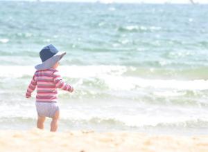 Трое пьяных взрослых мужчин заставляли маленького ребёнка купаться в море