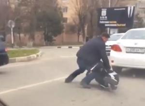 Разборки по-анапски: на проезжей части двое мужчин устроили драку