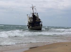 Под Анапой рыболовецкое судно из-за сильного ветра выбросило на берег