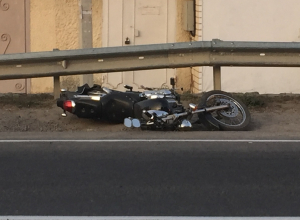 В Анапе в центре Супсеха мотоциклист «ушел» в отбойник