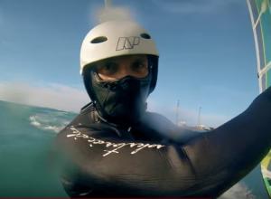 Российский экстремал снял эмоциональный видеоролик о зимнем виндсерфинге в Анапе и не только