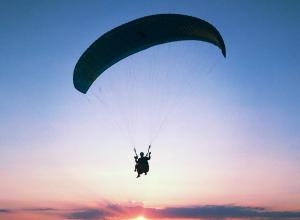 Испытайте свою смелость: «Блокнот Анапа» дарит полёт на параплане за одно фото