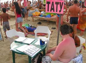 В Анапе татуировщики наследили в постелях у отдыхающих