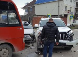 На перекрёстке в Анапе «Хёндай» и «Ленд Крузер» влетели в автобус