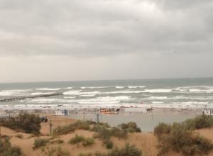 Сегодня, 8 сентября море в Анапе вышло из берегов и залило пляж до самых барханов
