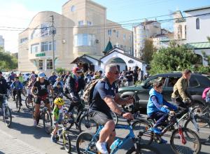 Более двухсот велосипедистов ехали по Анапе с молитвами и под звон колоколов