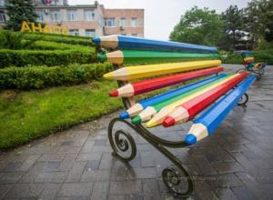 В Анапе скамейки сделали из карандашей