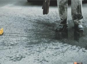 На одной из улиц Анапы пешеходам устраивают грязевые процедуры без назначения врача