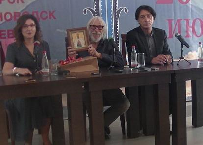 Анапская художница-иконописец подарила свою работу французскому актёру Пьеру Ришару