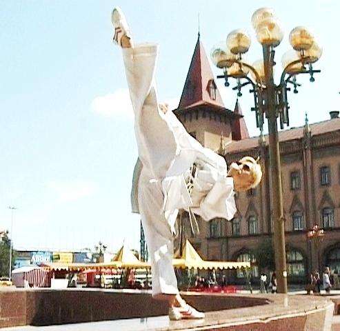 Легендарная каратистка приехала в Анапу: её шпагат намного круче, чем у Волочковой