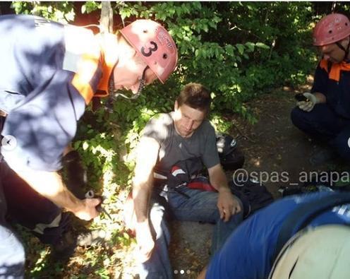 В Варваровке под Анапой мотоциклист сорвался с крутого склона