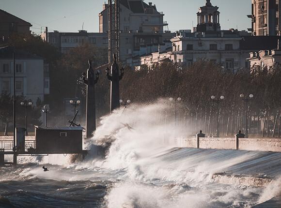 Анапчан предупредили об ураганном ветре. В Новороссийске сорвало крышу со школы