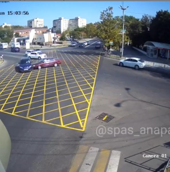 В Анапе на «вафле» возле Южного рынка - первая авария