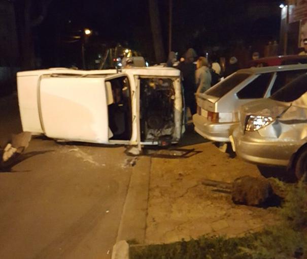 В центре Анапы от  столкновения с иномаркой белые «Жигули» упали на бок