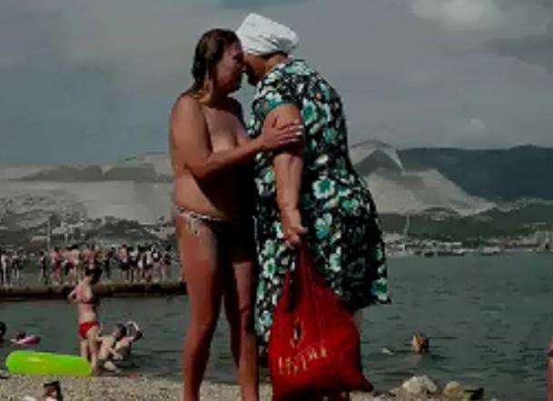 Анапчане такого еще не видели: в Новороссийске женщина топлес дефилировала на пляже