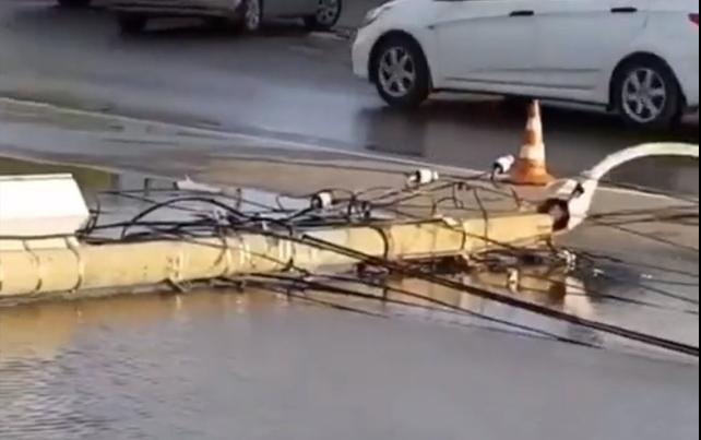 Появилось видео момента ДТП, когда автоледи снесла электрический столб