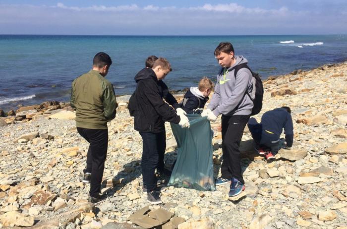 Школьники в Анапе очистили от мусора Берег моря, от Высокого - до речки Анапка