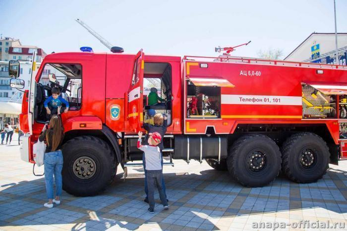 30-метровая лестница пожарных Анапы позволяет брать высоту до 9 этажей