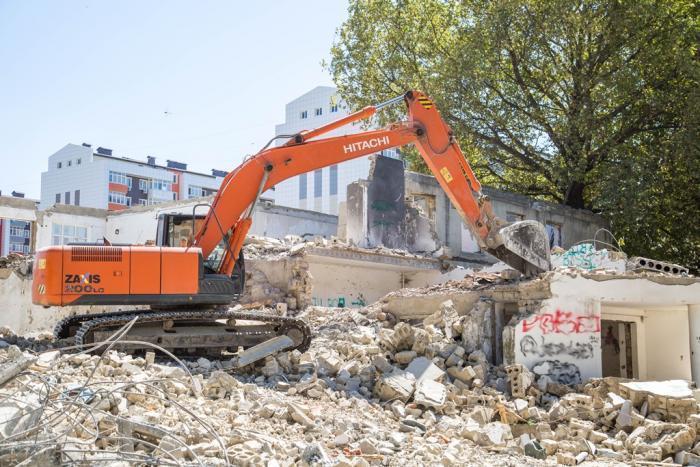 Прямо сейчас происходит снос строения в Анапе на ул. Парковой