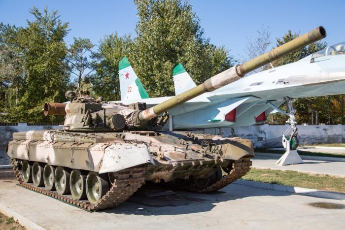 Парк военной техники в Анапе пополнился танком Т-80