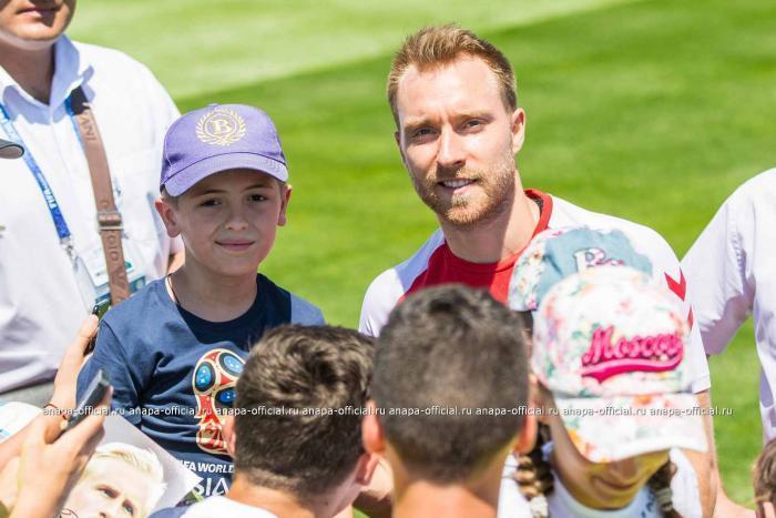 Мировые звезды футбола с удовольствием делали селфи с юными спортсменами из Анапы