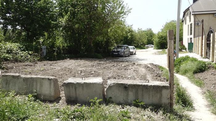 В Анапе ещё одна дорога в частных руках: собственник оградил её бетонными блоками