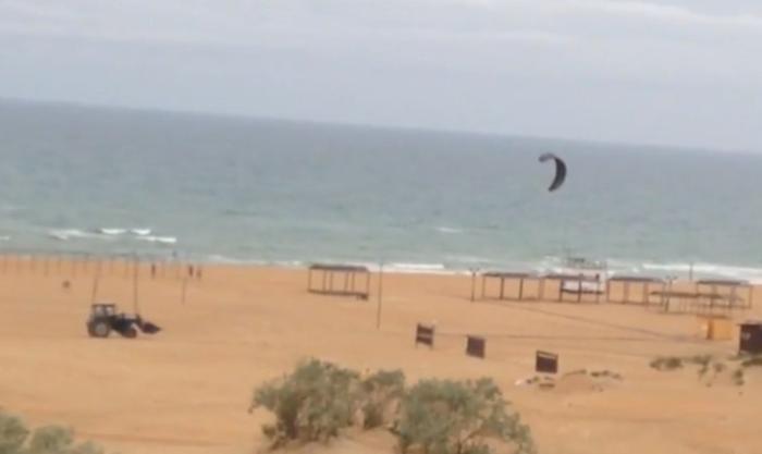 На тележке по барханам за парусом: как развлекается сэндбордер на анапском пляже