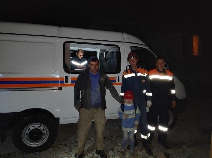 В Анапе спасатели эвакуировали со скалы мужчину с ребёнком