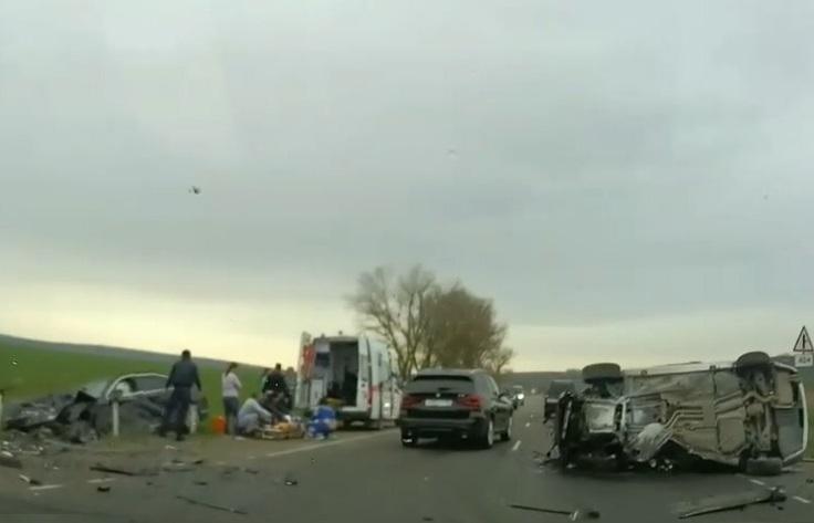 Жёсткая авария под Анапой: на трассе столкнулись два «бумера»