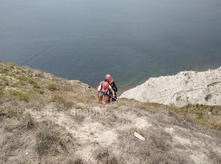 Беспечных туристов снова спасают с крутого склона Лысой горы в Анапе