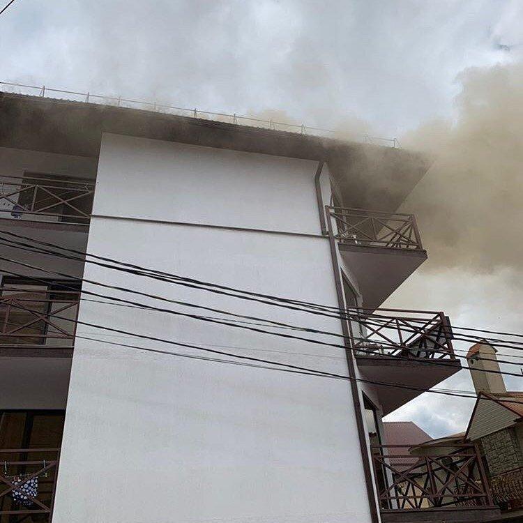 Прямо сейчас! В Джемете под Анапой горит гостевой дом, людей эвакуировали