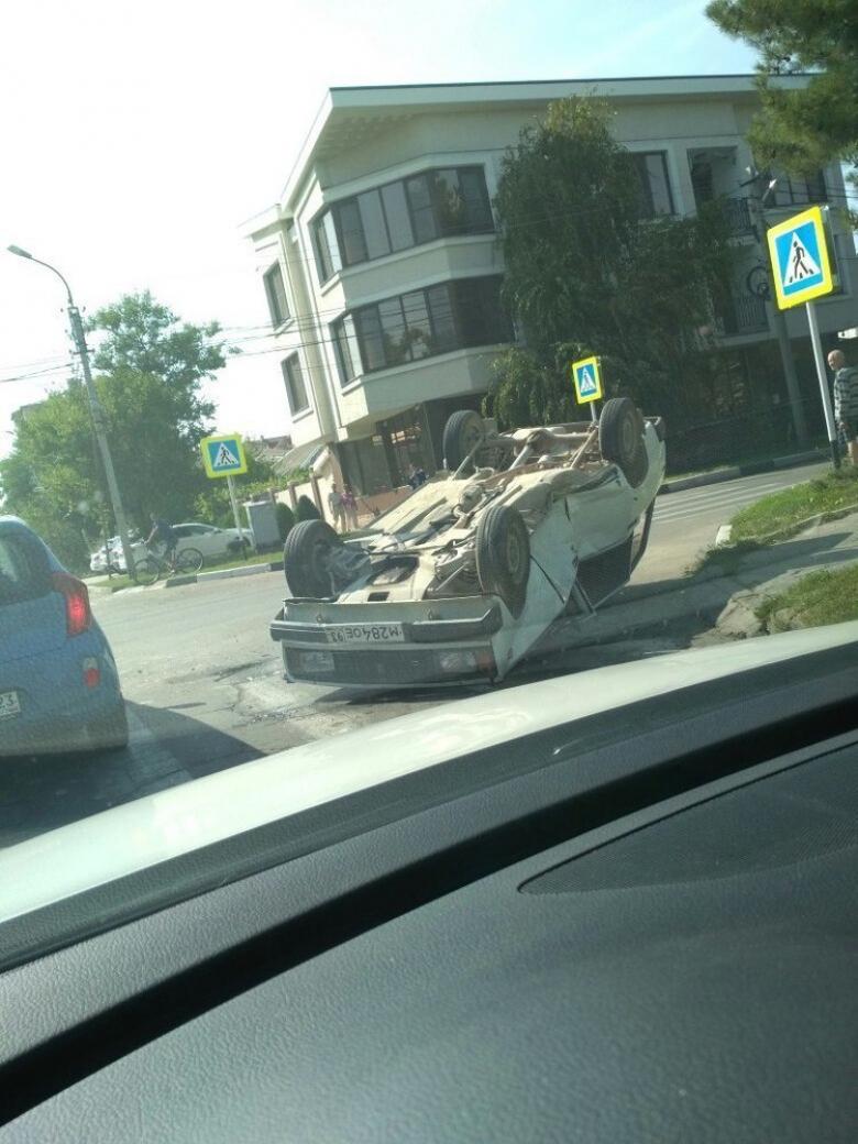В Анапе в результате аварии «четвёрка» перевернулась на крышу