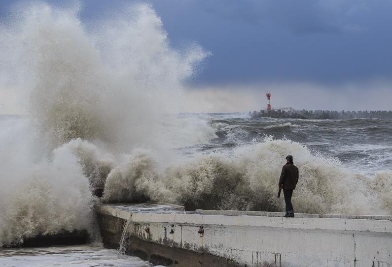 Из-за резкого усиления ветра в Анапе объявлено экстренное предупреждение