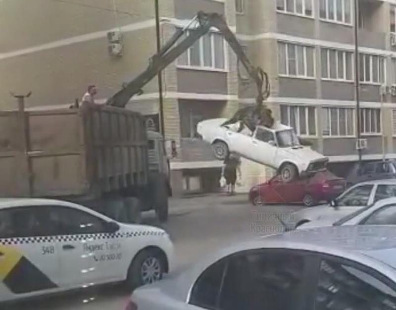 Анапчане в шоке от того, как в Краснодаре эвакуировали авто, раздавив крышу